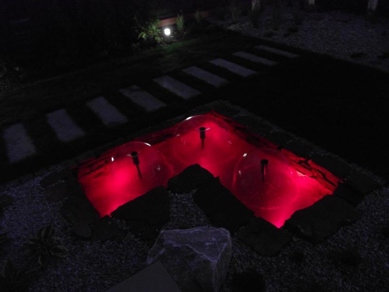 Oczko wodne nocą - ogród w Dulowej